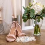 Brautschuhe Brautstrauß Strumpfband Brautkleid Detail
