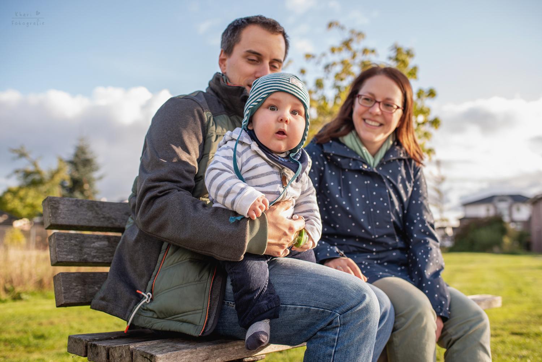 Familienshooting Lemwerder mit Baby auf der Bank