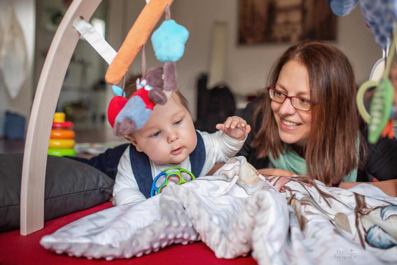 Familienshooting Lemwerder mit Baby Homeshooting spielen