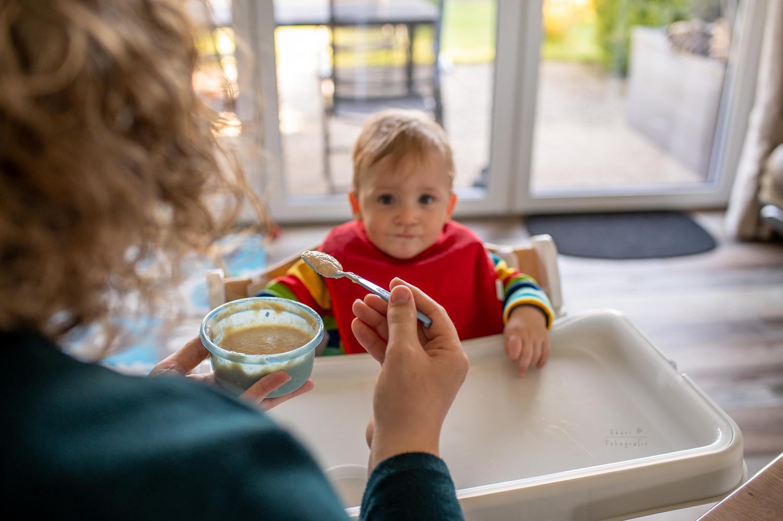 Familienshooting Nethen Kind füttern Babybrei